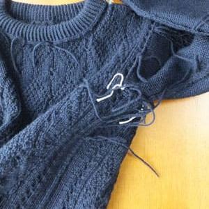 セーター、糸の始末。