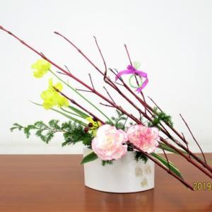 サンゴミズキにカーネーション・ピペリカム・・クリスマス自由花