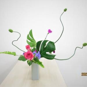 丹頂アリアムとモンステラ・・個性的な自由花が良い
