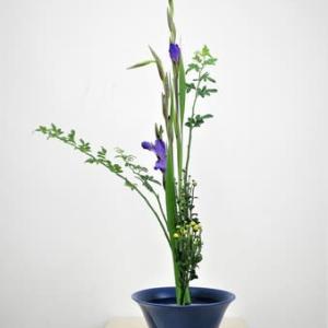 涼しい色、紫のグラジオラスとソケイ・・生花・三種生け