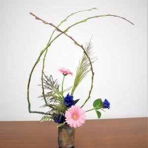 ヨシのマッスと、アカメヤナギの曲線で、面白いデザイン・・自由花