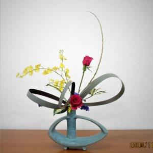 ニューサイランの線とバラ・・面白い自由花