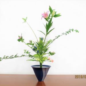 ピンクのユリと、ソケイの葉の組み合わせ・・鮮やか立花