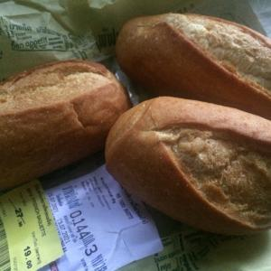 古くなったフランスパンも華麗に変身させるタイ人