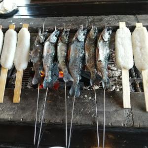 囲炉裏 大柳で山女魚と五平餅