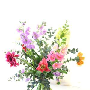 多種多色の花で 華やかなブーケレッスン