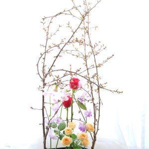 桜の枝で支える 春のアレンジメント