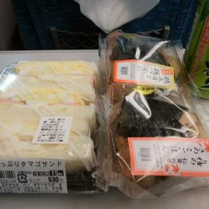 """新大阪駅新幹線上りホームで購入したたっぷりタマゴサンドは、食べている最中に両脇からボトボト落ちるほど具が多く""""合格~!""""、季節のおにぎり二種はご飯が一部ごっちんで""""残念~!"""""""