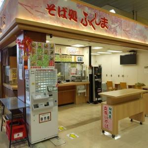 |M1693|立ち食い店のインプレッション:福島駅新幹線改札内『そば処ふくしま』で肉そば(かき揚げのせ)をいただいたが、お姉さま方が笑顔でやさしいと味もおいしい気がします!