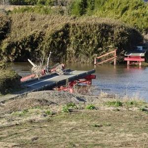 撮り鉄、落ちた橋とパワースポットかかげる謎カフェ