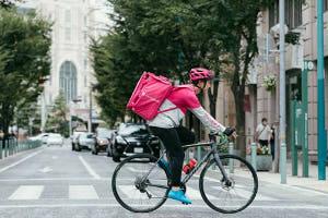 さまざまな人が自転車に乗る