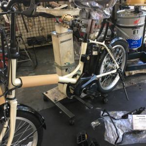 電動自転車に両足スタンドを取り付ける