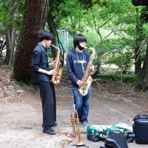 菖蒲池の畔でサックス ・ 鶴舞公園