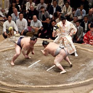 相撲は行司ののこったの合図で飛び出すべき 立ち合いの失敗でやり直しはめんどくさい