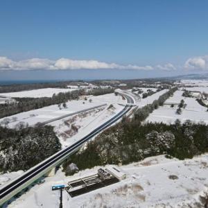 開通からひと月経った雪景色の高速