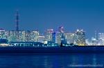 横浜北水堤灯台と横浜都市夜景(神奈川県横浜市鶴見区大黒ふ頭)