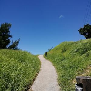 丘の向こうは