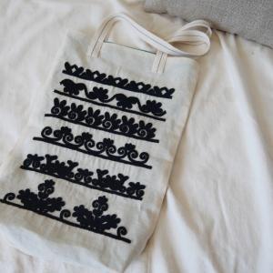 「イーラーショシュ刺繍のサンプラー トートバッグ」