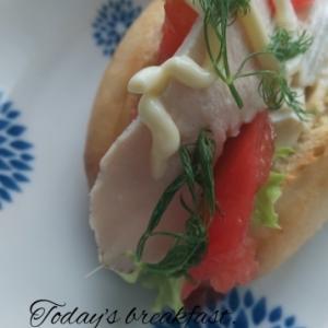 リトアニアのパンでサラダチキンサンド