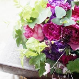 艶やかにアイロニー花のブーケ