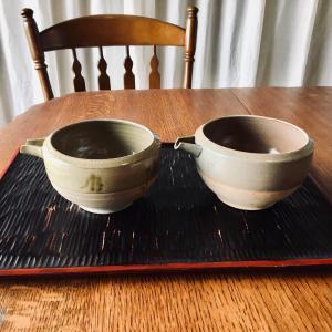 小ぶりな片口と手彫りのお盆