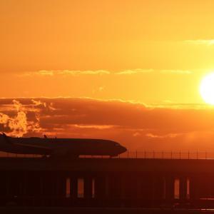 朝陽をバックの出発機