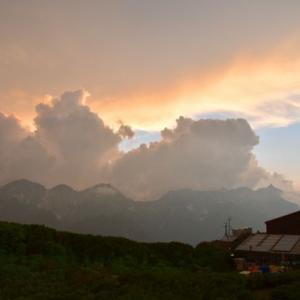 蝶ヶ岳ヒュッテのテント場の夕暮れ