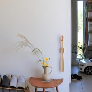 【玄関】子供の目線の高さに飾る台