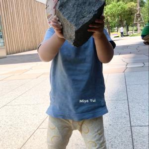 1y8m3d 大きな石を持ち上げた 力持ちな息子