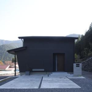 住いの設計とデザイン、シンプルでモノトーンが映える暮らしで居心地よくアーバンスタイルだけど郊外でゆとりを感じながらアウトドア空間のある住まいの設計価値デザイン。