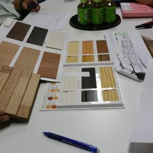 住まいの設計とデザイン、素材と建材で変わる住み心地と家の持つ意味、間取りが同じでも素材の吟味と質感で家が全く異なる空間となる意味、家具やキッチンの選択と同じく素材吟味による質の違いと印象。