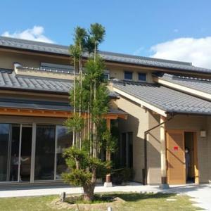 (仮称)おおらかに暮らしを包み込む数寄屋の家新築工事・建物本体から繋がる庭と風景のバランス控えめな姿勢と和風建築の設計デザイン感度と暮らしの時間を丁寧に家で過ごす価値基準。