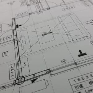 現場進行中の住まいの新築工事・・・(仮称)斜めの壁と移動する視界が居心地を印象操作する和モダンの家、住まい手さんご夫婦と現場でコンセント・スイッチ類の確認打ち合わせリアルサイズでの使い勝手指南を。
