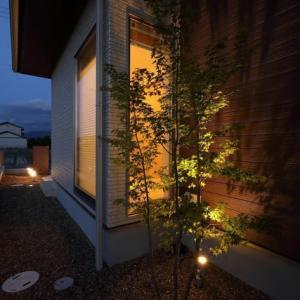 住まいの設計とデザインのカタチ・・・住む場所に暮らしのイメージを意識するように、窓を部分的に使って目線の抜けを視覚的な広さの一部に取り入れる様に、坪庭や中庭の価値空間。