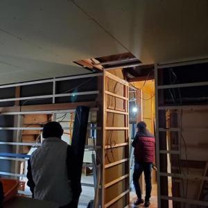 (仮称)回遊動線と情緒のある空間で暮らしと趣を愉しむ家リノベーション工事、現場は既存の解体工事が進み下地の状態に、仕上げ準備の前にモダンデザイン設計のリアル化、現場打ち合わせ。