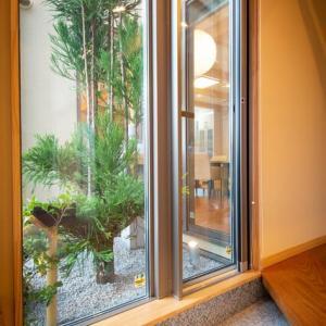 間取りと暮らしの空間構成に窓の存在で明るさの変化と心境の変化をデザインする意味・・・・・玄関と住まいの連続した設計デザインと空間意識。