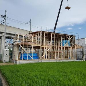 (仮称)吹抜とライブラリーが深みと上質を生み出すアッパーモダンの家新築工事は現場で骨組みが出現する棟上げの段階に・・・佇まいと風情が生まれるデザインと設計のカタチ。