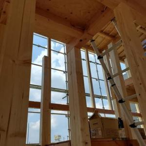 (仮称)吹抜とライブラリーが深みと上質を生み出すアッパーモダンの家新築工事・現場にて打ち合わせがスタートしたところ、サイズ感と暮らしのボリュームを昇華する設計デザインのリアル化。