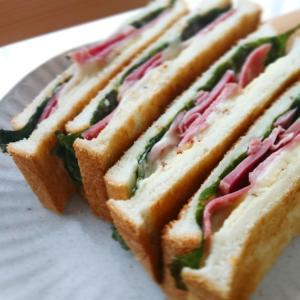 「スモークタンとチーズのトーストサンド」