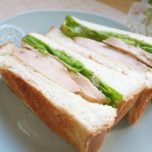 蒸し鶏のトーストサンド(サラダチキンのトーストサンド)。