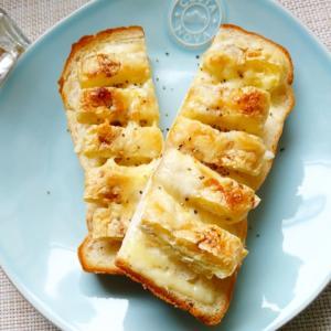 カリッとした食感も美味しい「きつねチーズトースト」。