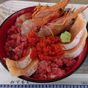 【港町を食べる】記者、「千賀の浦市場」(塩釜市)の「いとう水産」で海鮮たっぷりの四色丼をいただく!!