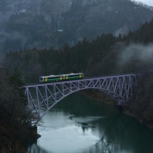 暖冬の只見線 試運転列車を森の中から見送る