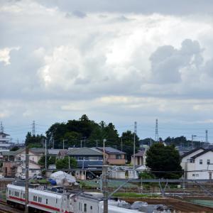 怪しげな雲行きと事業用列車