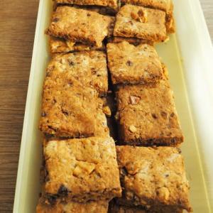 アニス、クルミ、グラハム粉のクッキー