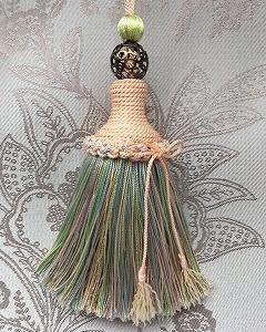 シルク糸が使われた美しいハンドメイドタッセル