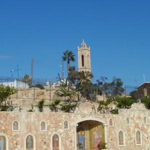 キプロス紀行 ~ アヤナパ教会の広場で。