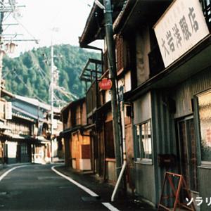 岐阜県・飛騨金山、レトロな町並みと路地の風景のフィルム写真
