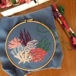 刺繍をしたり、仏像を彫ったり、季節の花を描いたり・・・・・