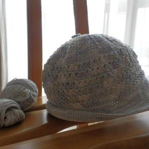 竿につるして何を編むかながめていた糸。帽子にしました。